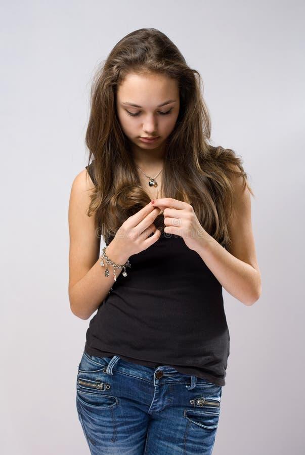 Smutna przyglądająca młoda brunetka. obrazy stock