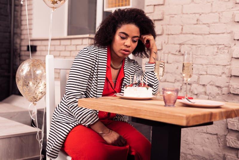 Smutna przygnębiona kobieta świętuje jej urodziny samotnie zdjęcia stock