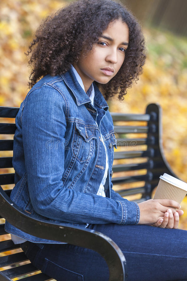 Smutna Przygnębiona Mieszana Biegowa nastolatek kobieta Pije kawę fotografia stock