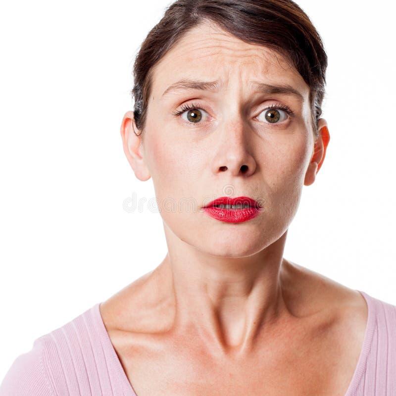 Smutna sprężająca kobieta wyraża niepokój i konsternację obraz royalty free