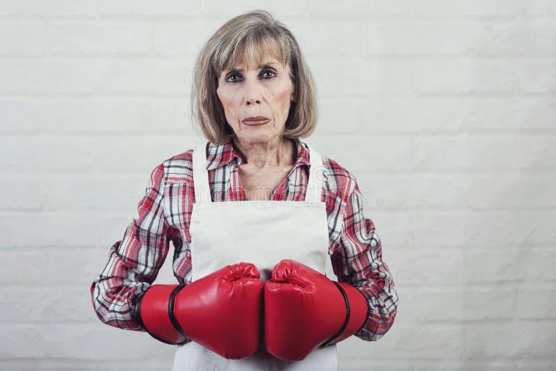 Smutna starsza kobieta z bokserskimi rękawiczkami obrazy royalty free