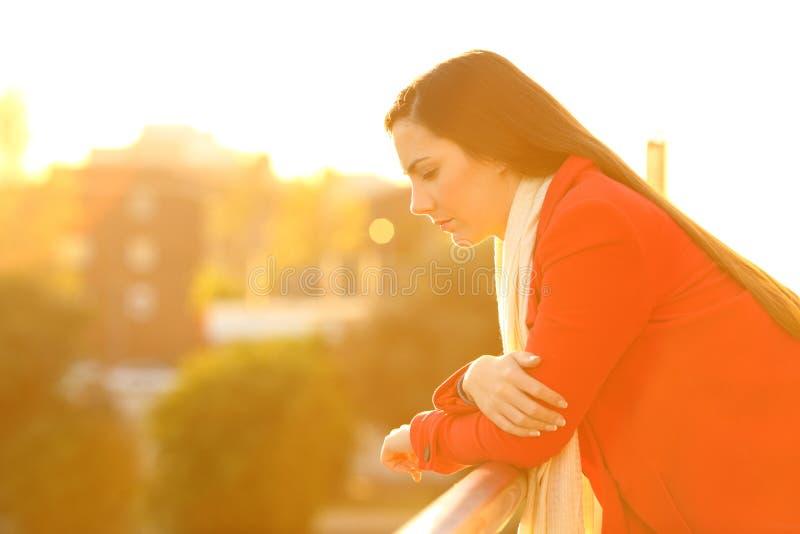 Smutna zadumana kobieta patrzeje w dół w zimie fotografia royalty free