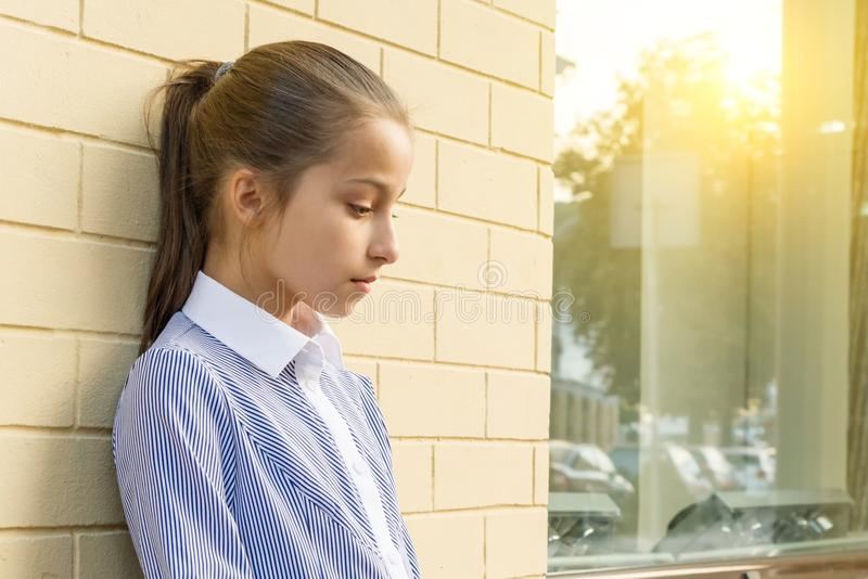 Smutna zmęczona śliczna mała dziewczyna Tło miastowy zdjęcie royalty free