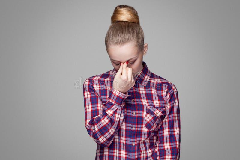 Smutna, zmęczona lub przygnębiona piękna blondynki dziewczyna w czerwieni, menchia sprawdza obrazy stock