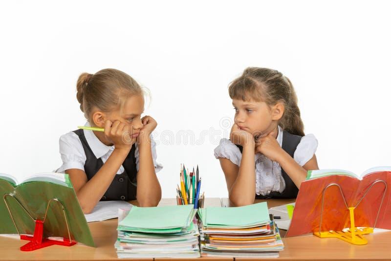 Smutne uczennicy w klasie otrzymywali deuce, i patrzeją each inny zdjęcia stock