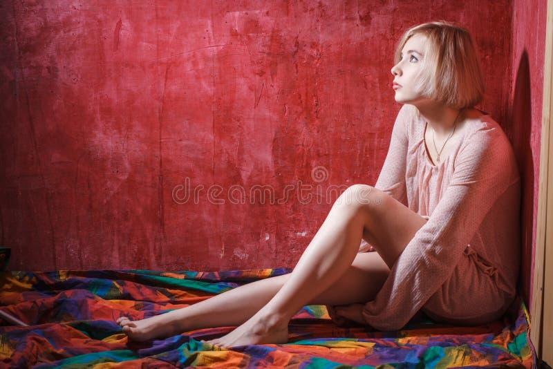 Smutnego ducha cyfrowa dziewczyna na czerwonej grunge ścianie obrazy stock