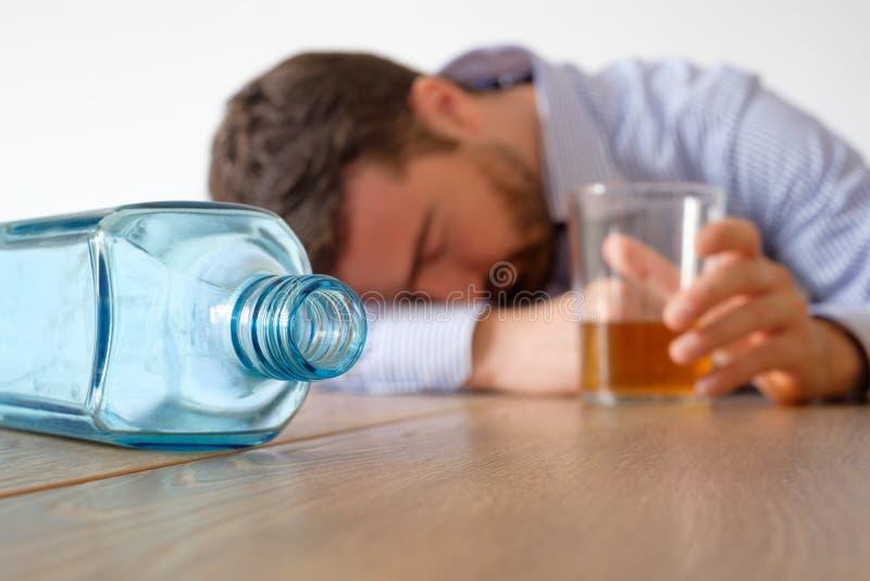 Smutnego mężczyzna alkoholu uzależniony czuciowy bad zdjęcie stock