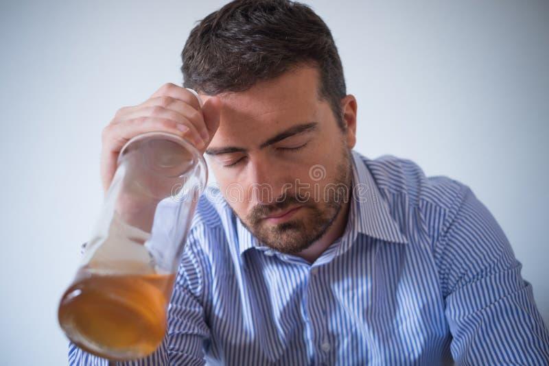 Smutnego mężczyzna alkoholu uzależniony czuciowy bad zdjęcie royalty free