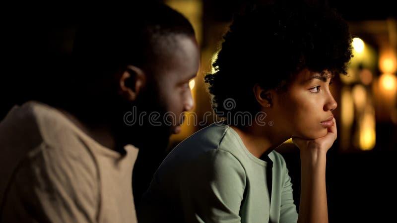 Smutnej pary outside przyjęcia siedzący klub, niezdolność dyskutować problemy, obraża fotografia stock