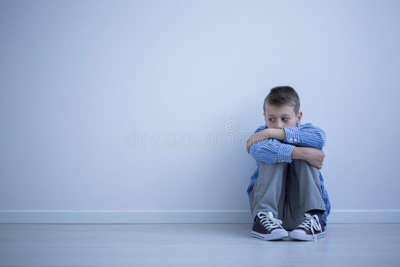 Smutny alienujący dziecko z autyzmem zdjęcia stock