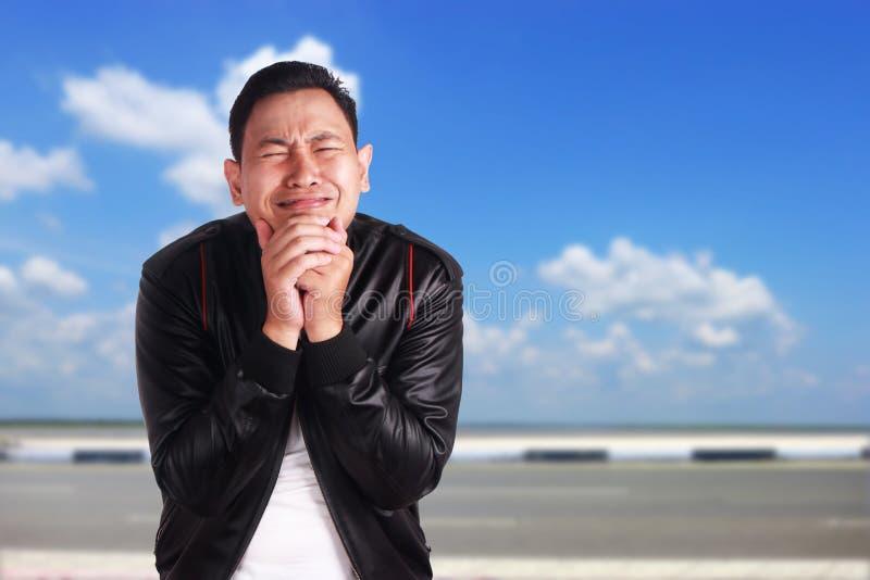 Smutny Azjatycki mężczyzna płacz fotografia stock