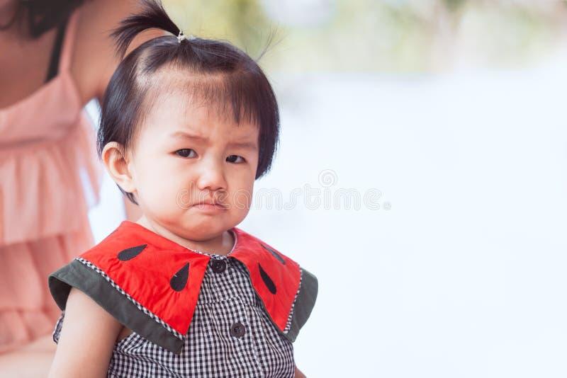 Smutny azjatykci dziewczynka płacz, spęczenie i zdjęcia stock