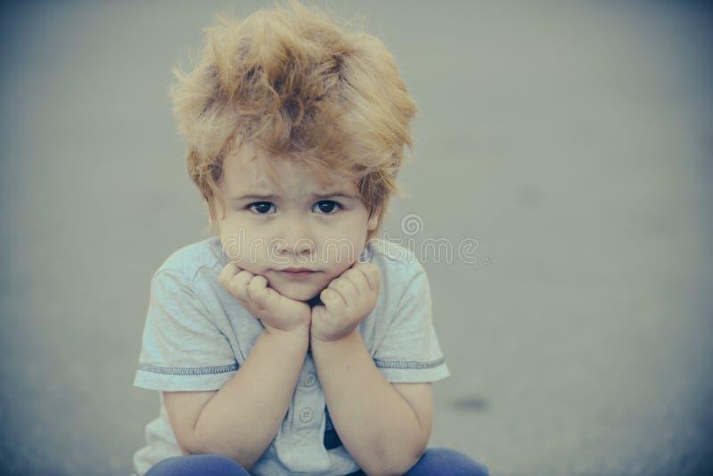 Smutny chłopak Piękne dziecko Frustracja i melancholia Emocje dzieci fotografia royalty free