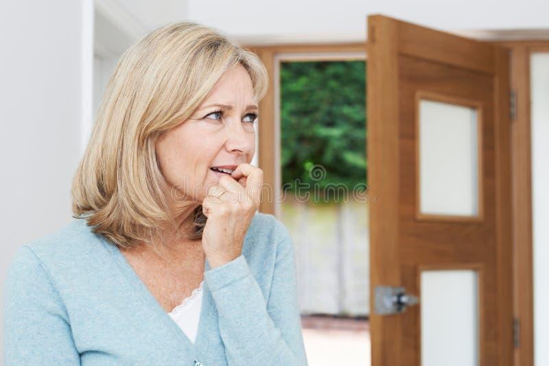 Smutny Dojrzały kobiety cierpienie Od agorafobii Patrzeje Z Otwartego zdjęcie stock