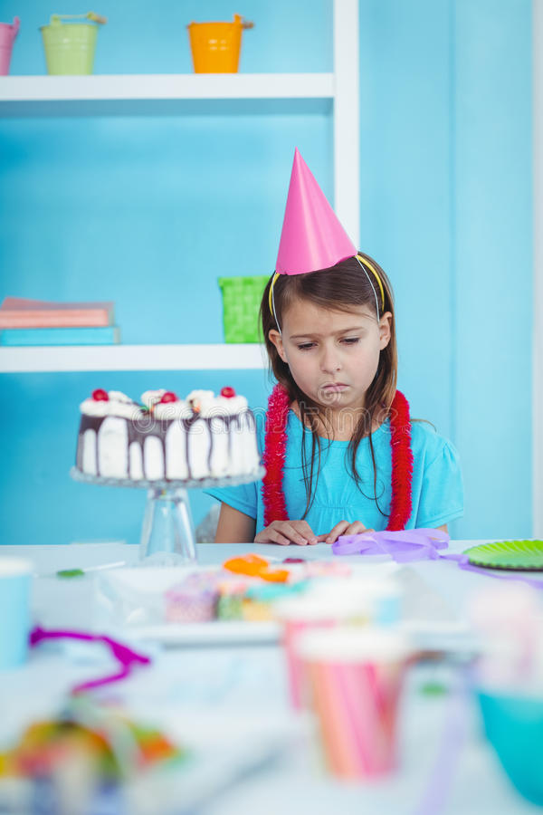Smutny dzieciak samotnie przy jej urodziny fotografia stock