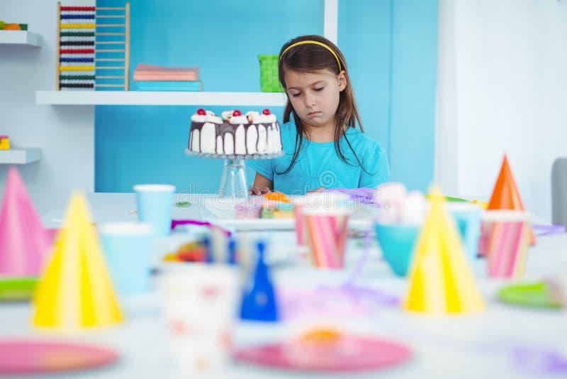 Smutny dzieciak samotnie przy jej urodziny obrazy royalty free