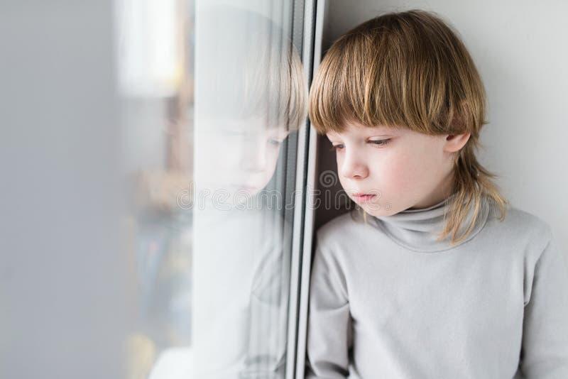 Smutny dziecka obsiadanie obrazy royalty free