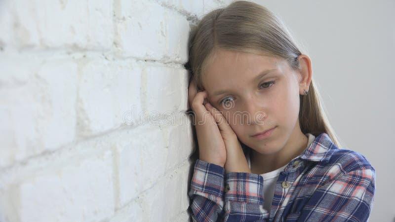 Smutny dziecko, Nieszczęśliwy dzieciak, Chora Chora dziewczyna w depresji, Zaakcentowana Rozważna osoba zdjęcie royalty free