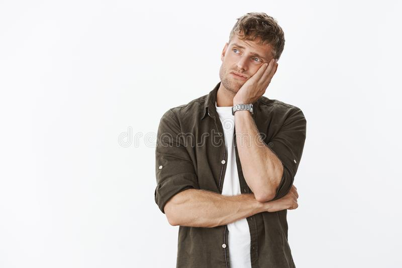 Smutny i osamotniony markotny śliczny europejski męski mężczyzna z opartą głową na palmie od nudziarski patrzeć zdjęcie royalty free