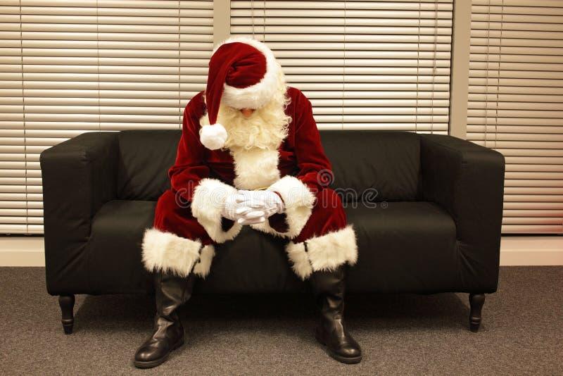 Smutny i przygnębiony Święty Mikołaj czekanie dla bożych narodzeń akcydensowych zdjęcia stock