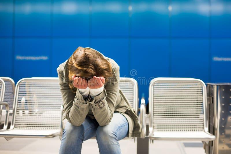 Smutny i samotny w dużym mieście - Przygnębiona młoda kobieta obraz royalty free