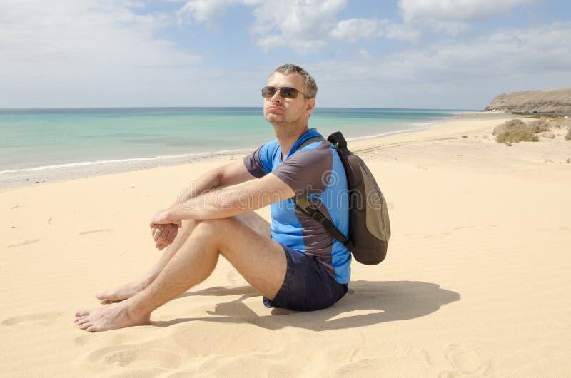 Smutny i zmęczony turysta na plaży obraz royalty free
