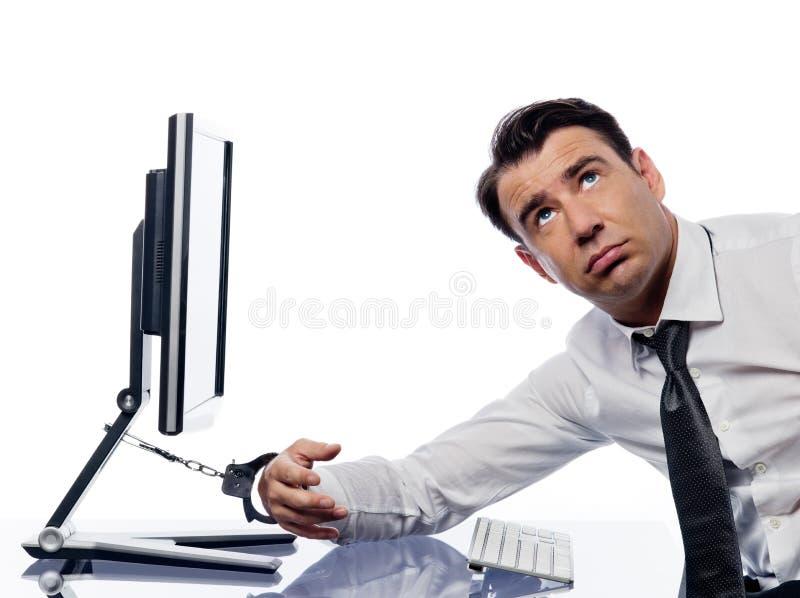 smutny kajdanki przykuwający komputerowy mężczyzna zdjęcie royalty free