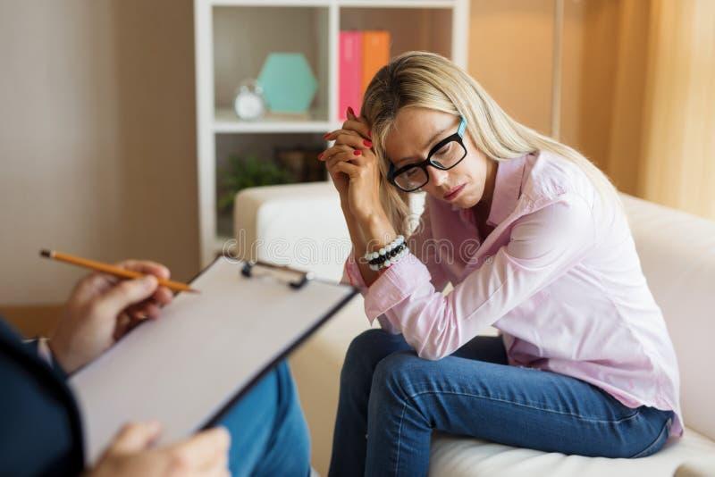 Smutny kobiety spotkania psychoterapeuta fotografia stock