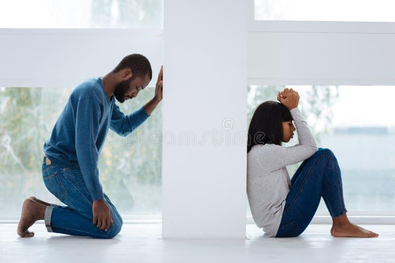 Smutny mężczyzna żałuje bełt z jego dziewczyną obraz royalty free