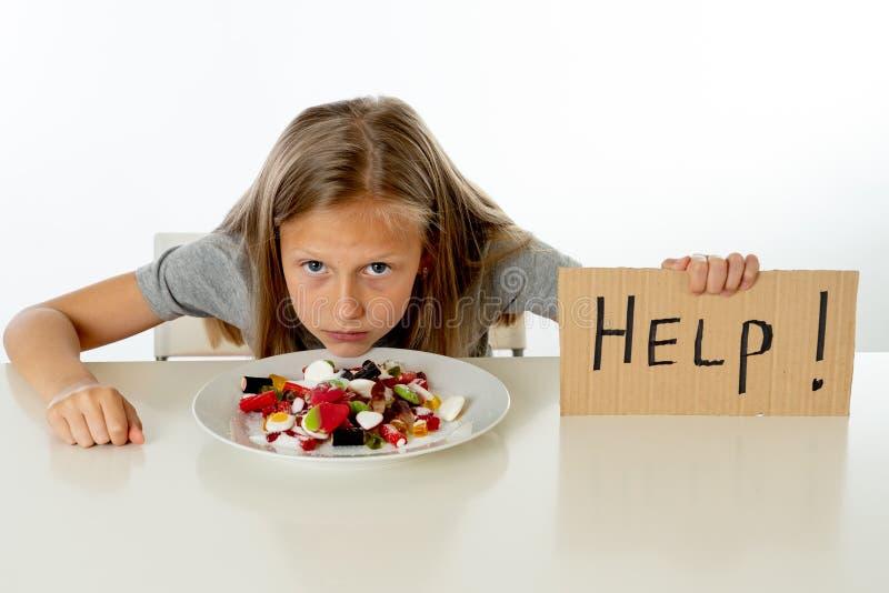 Smutny młodej dziewczyny uczucie stresował się o kwocie cukier w wszystkie foods zdjęcie royalty free