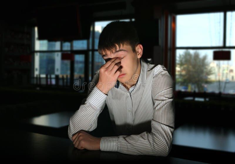 Smutny młody człowiek przy barem obrazy stock
