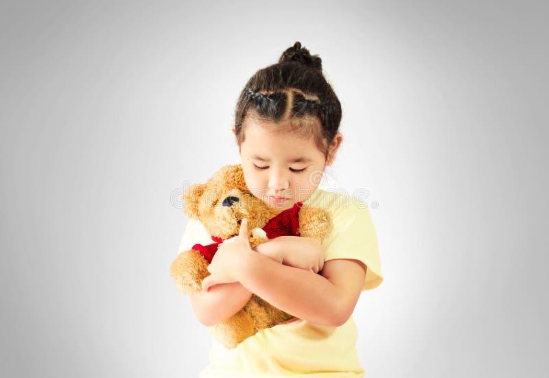 Smutny małej dziewczynki przytulenia miś samotnie zdjęcia royalty free