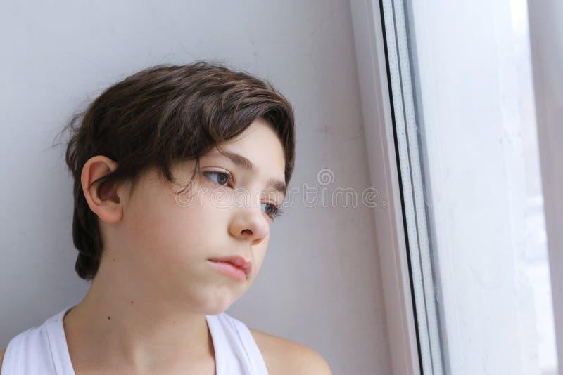 Smutny nastolatek chłopiec zakończenie w górę portreta obrazy royalty free
