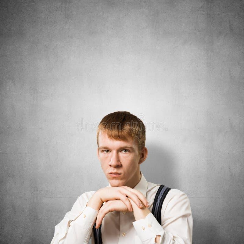 Smutny nastolatek dotyka jego podbr?dek z r?kami zdjęcia royalty free