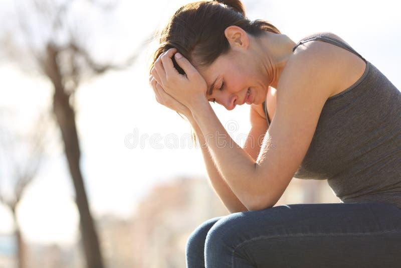 Smutny nastoletni płakać desperacko na ławce zdjęcia royalty free