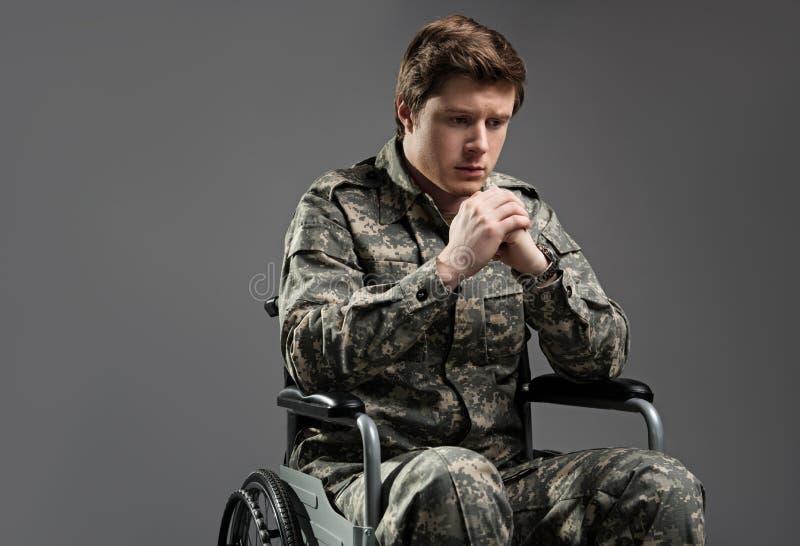 Smutny niepełnosprawny żołnierza cierpienie od samotności zdjęcia royalty free