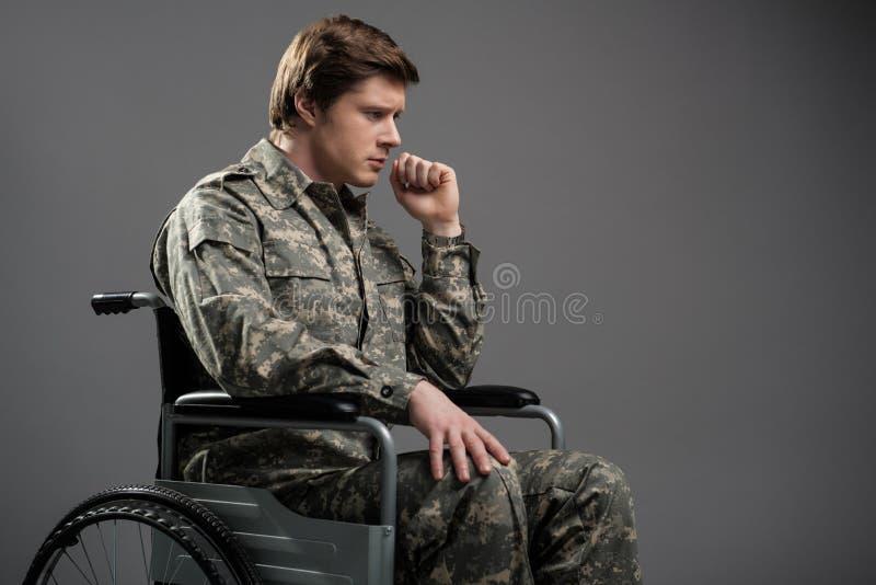 Smutny niepełnosprawny wojskowego cierpienie od samotności zdjęcia stock
