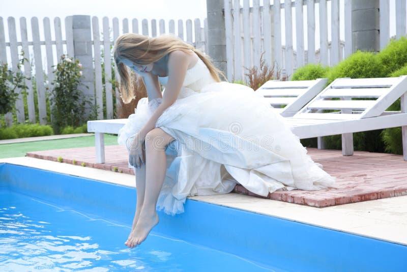 Smutny panny młodej obsiadanie basenem zdjęcia stock