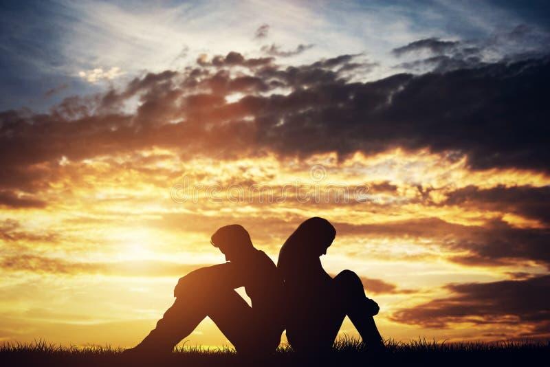 Smutny pary siedzieć kolejny Argument zdjęcie stock