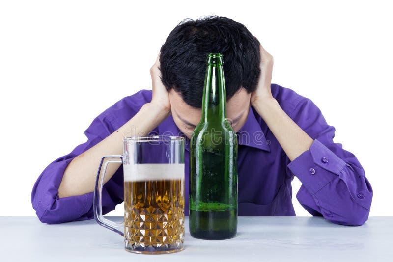 Smutny pijący biznesmen z piwem obrazy royalty free