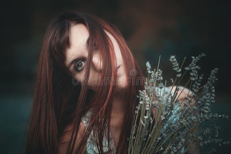 Smutny portret czerwona z włosami kobieta zdjęcie stock