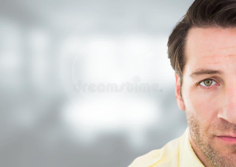 Smutny przygnębiony obsługuje twarz przeciw zamazanemu tłu obraz stock