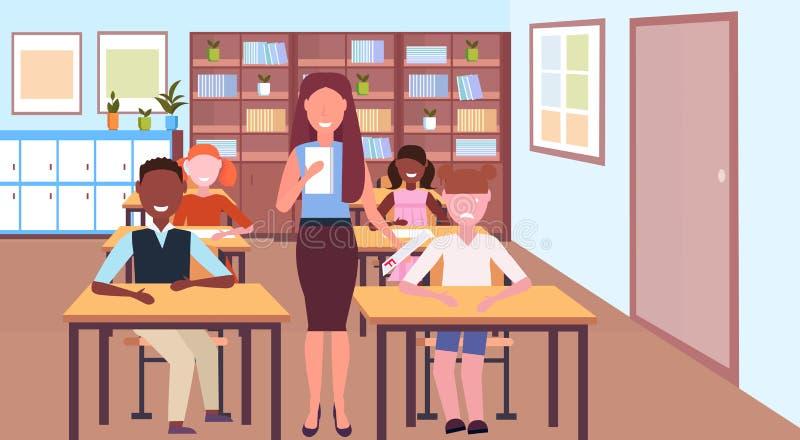 Smutny uczennicy mienia test z f stopnia rezultata pojęcia łóżkowym nauczycielem z mieszanki rasy uczni nowożytną szkolną salą le ilustracji