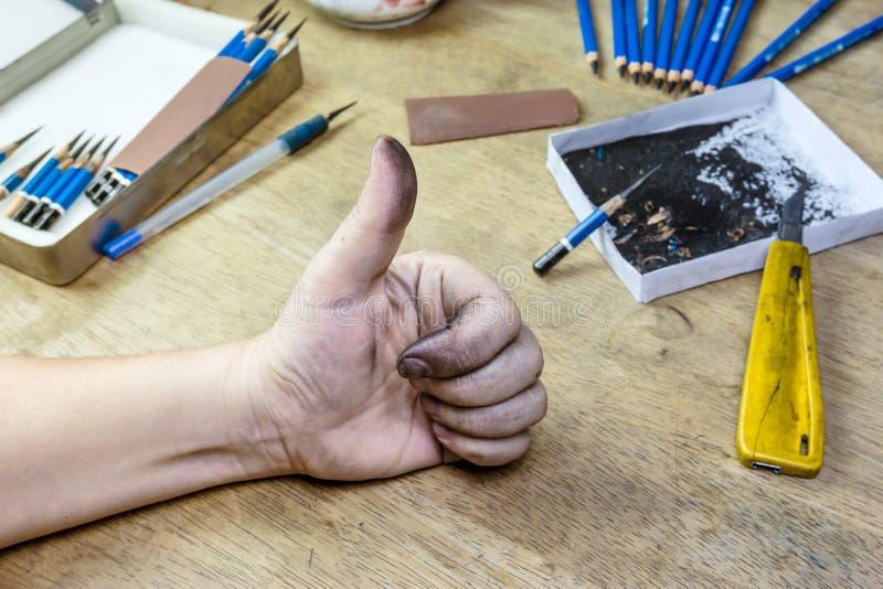 Smutsa ner handen av en kvinna med tummar upp arkivfoton