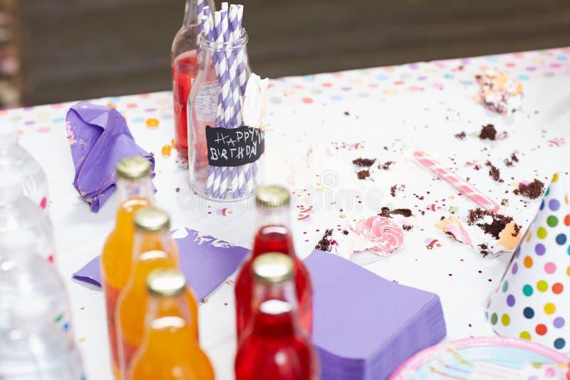 Smutsa ner tabellen efter en födelsedagberöm arkivbilder