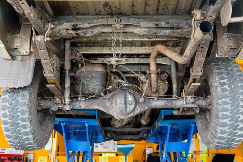 Smutsa ner under lastbilbilelevator för att kontrollera upp arkivfoton