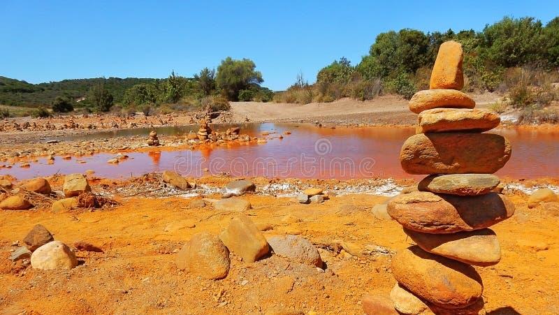 Smutsa och vaggar på Rio Piscinas, Sardinia royaltyfria foton