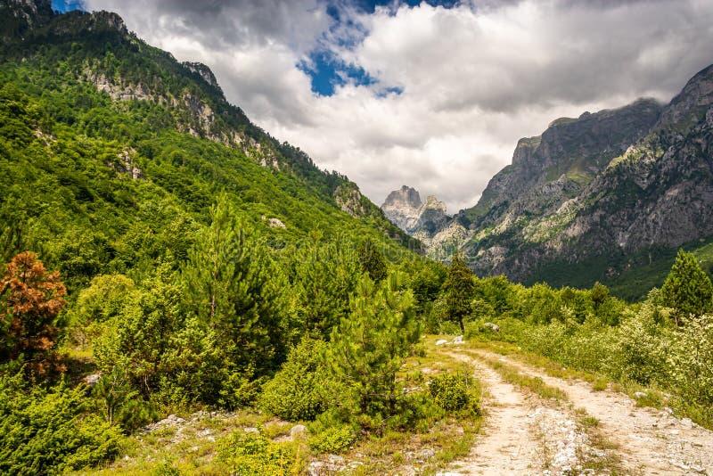 Smutsad väg i nationalparken Valbona i Albanien, Europa arkivfoton