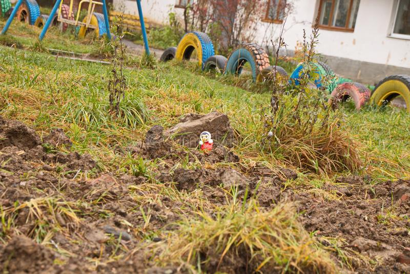 Smutsat på Playground left by utilities Russia Province arkivbild