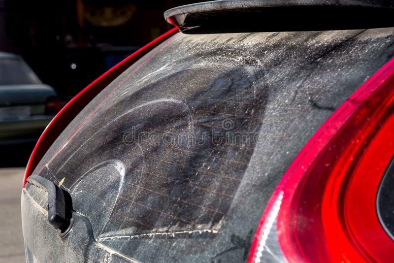 Smutsig bil för vindrutetorkare av det tillbaka fönstret arkivbilder